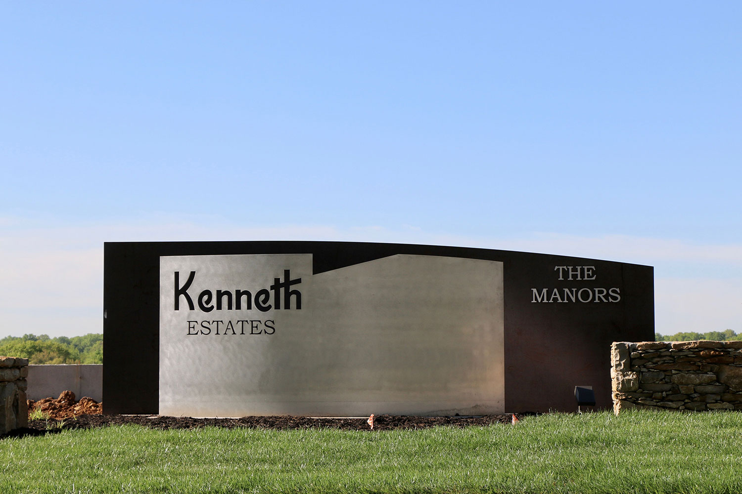 Kenneth-Estates-themanors-entry-monument